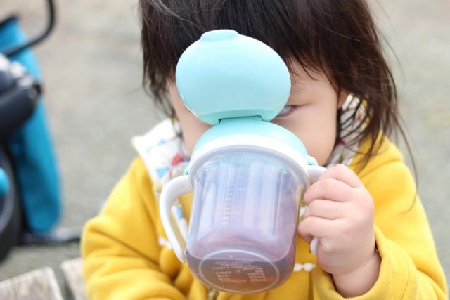 麦茶を飲む幼児